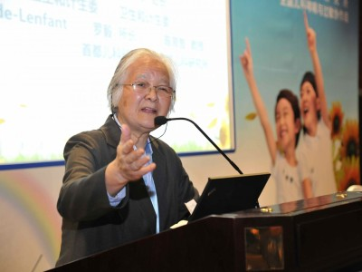 Dr. Chen Yu Zhi speaking at a conference on asthma.